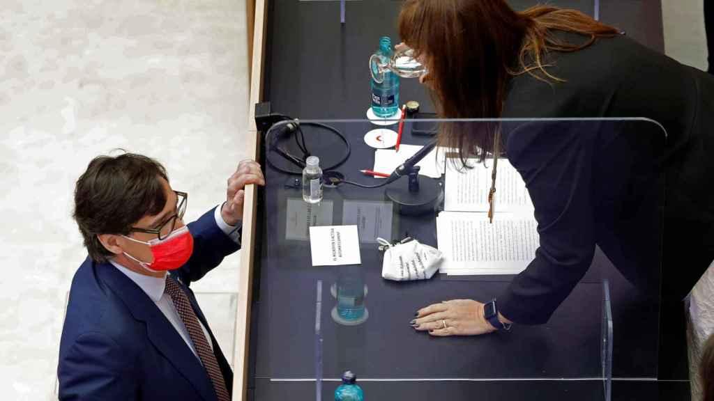 Salvador Illa (PSC) habla con Laura Borràs (JxCat), presidenta recién elegida del Parlamento autonómico catalán.