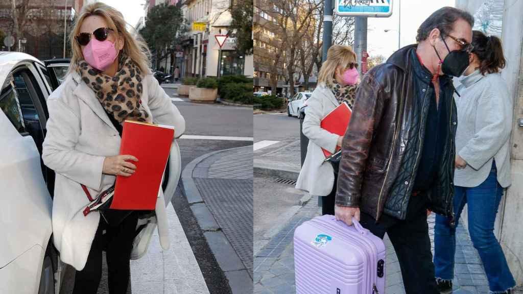 Lydia Lozano y Charlie entrando en el hospital donde fue intervenida.