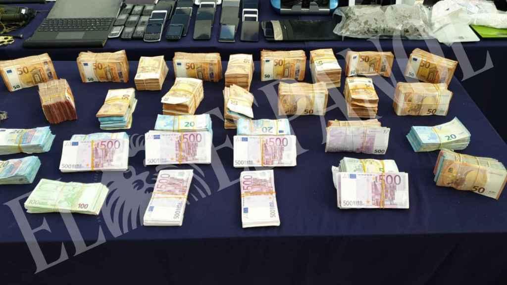 El dinero incautado, acumulado por los agentes de la UDYCO.