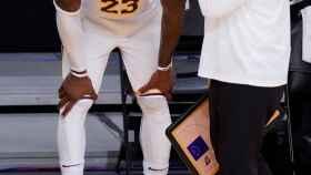 LeBron James se duele de su tobillo derecho