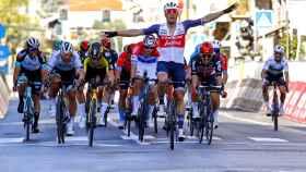 Stuyven celebra su victoria en la Milán-Sanremo 2021