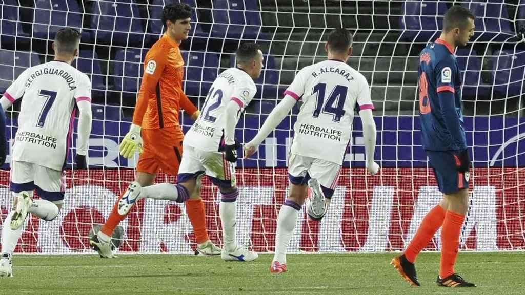 Los jugadores del Valladolid corren frente a Bono