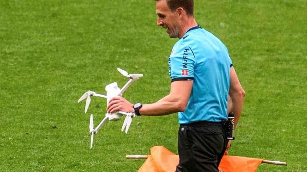 El árbitro Valentín Pizarro Gómez, con el dron que voló sobre San Mamés