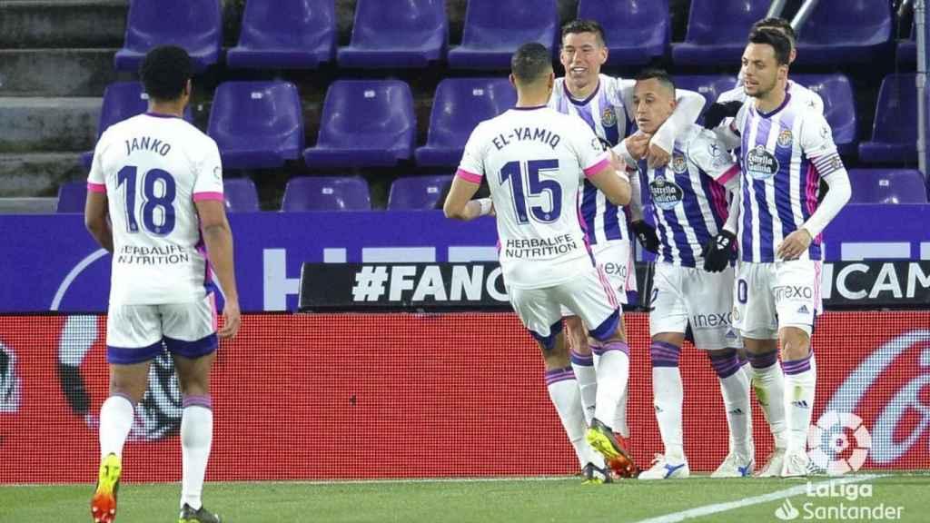 Piña de los jugadores del Valladolid para celebrar el gol de Fabián Orellana