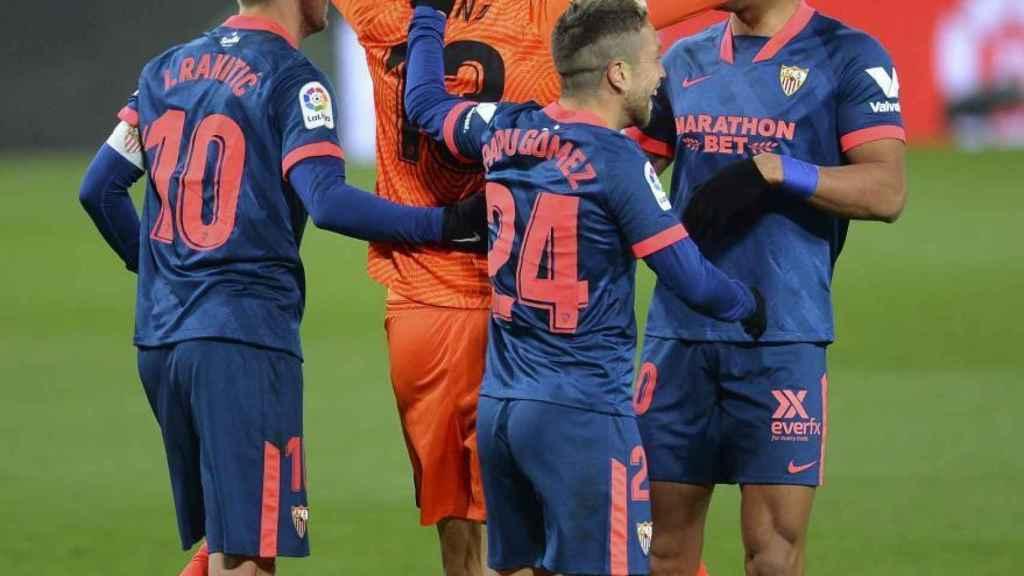 Los jugadores del Sevilla celebran con Bono su gol