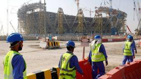 Trabajadores de uno de los estadios para el Mundial de 2022.