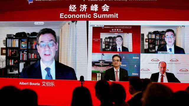 Albert Bourla, CEO de Pfizer, participa en el Foro de Desarrollo Chino en Pekín.
