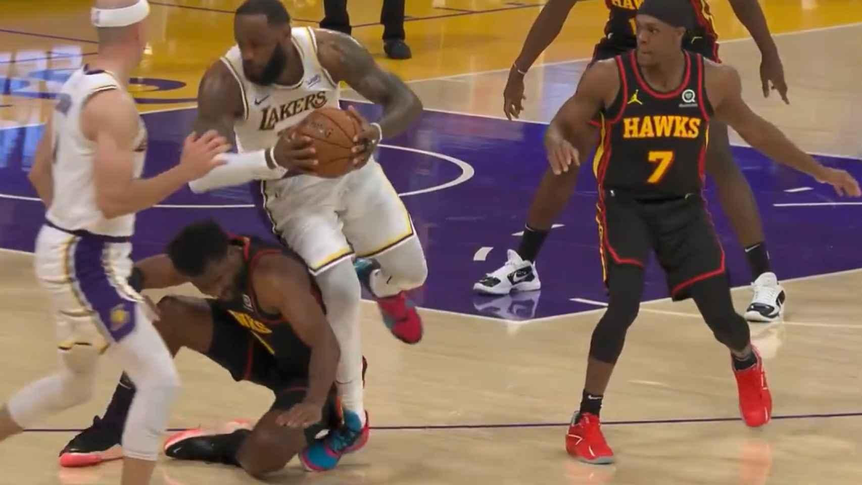 El momento en el que se dobla el tobillo de LeBron James