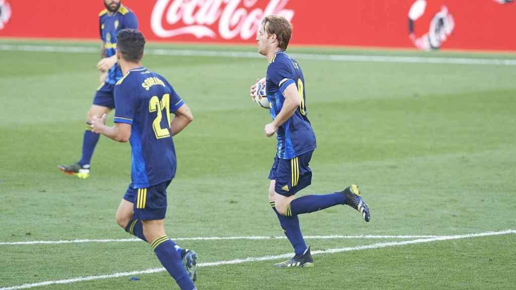 Álex Fernández recoge el balón tras marcar al Cádiz