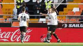 Los jugadores del Valencia celebran el gol de Wass
