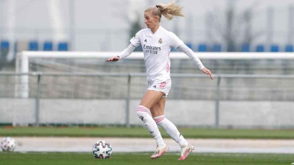Jakobsson conduce un balón en un partido del Real Madrid
