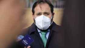 El presidente del PP de Castilla-La Mancha, Paco Núñez, atiende a los medios desde Cuenca.