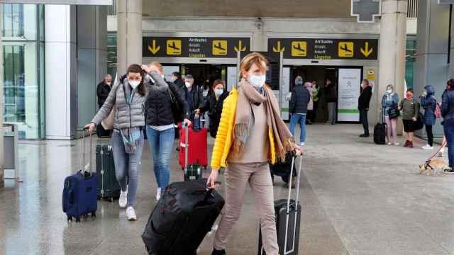 Turistas alemanes llegan al aeropuerto de Palma de Mallorca.