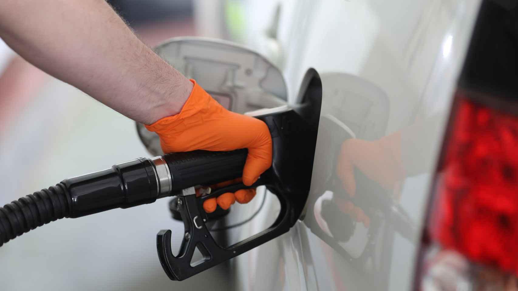 Quién dice adiós al diésel y la gasolina; el calendario de las marcas que ponen fin a la combustión
