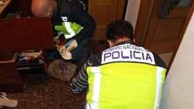 Agentes de la Policía Nacional durante el operativo llevado a cabo para desarticular la banda de extorsionadores.