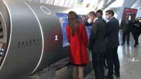 Los líderes políticos interesándose por el funcionamiento del Hyperloop desarrollado por la valenciana Zeleros