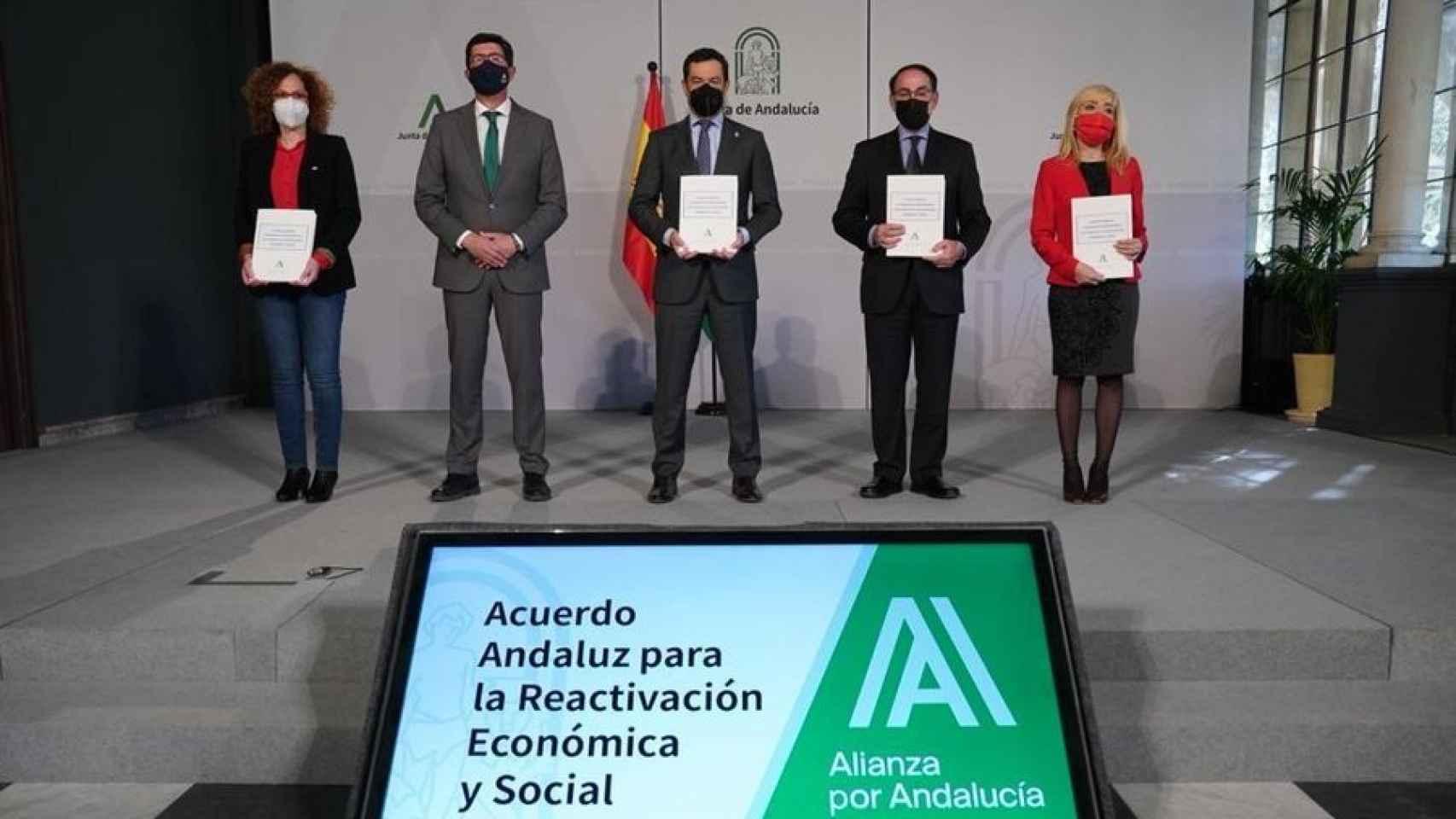 El presidente de la Junta, Juanma Moreno, junto al vicepresidente, Juan Marín, y representantes de la CEA, UGT y CCOO.