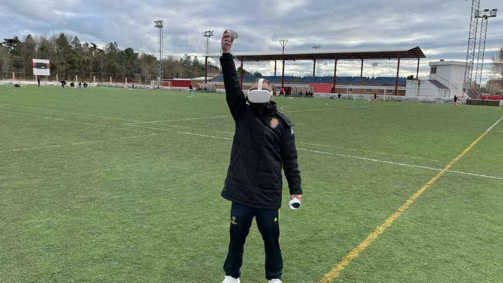 Un miembro del departamento de árbitros de la RFFM levanta el banderín del linier con la tecnología VAR3D