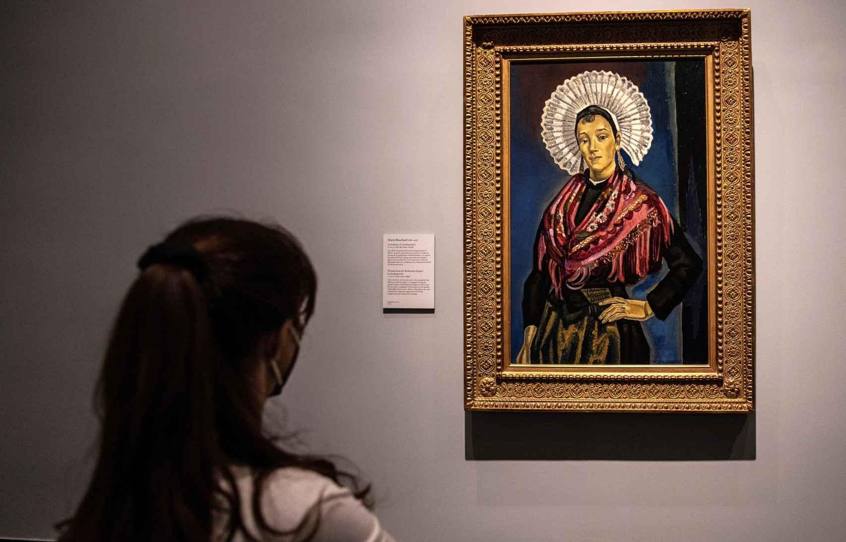 Una mujer observa la obra de María Blanchard.