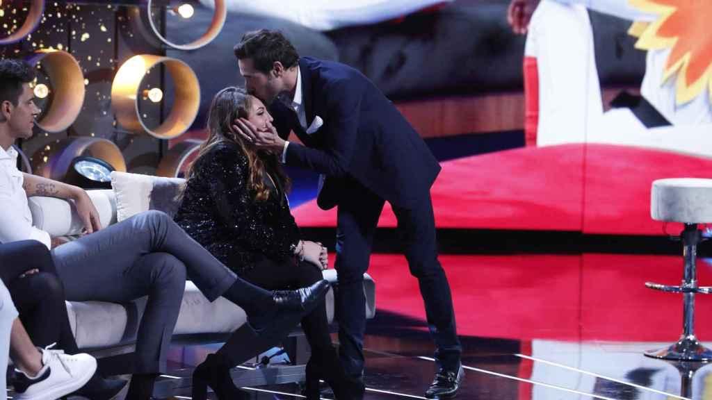 Antonio David da un beso a su hija Rocío en el plató de 'GH VIP'.