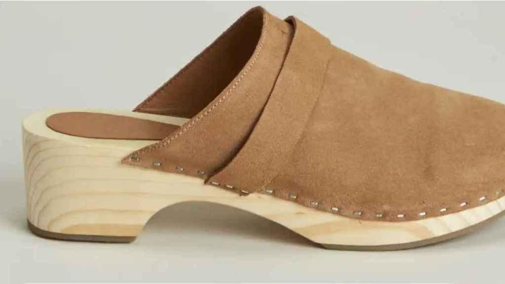 Split leather clog, by Natura.