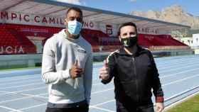 El diputado provincial y alcalde Bernabé Cano con el atleta Orlando Ortega en las instalaciones deportivas de La Nucía.