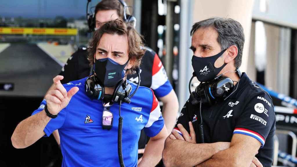 Fernando Alonso y Davide Brivio, durante los test de Bahrein de 2021