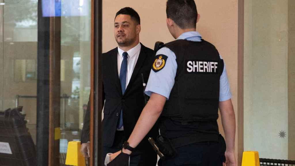 Jarrdy Hayde y un oficial de la policía