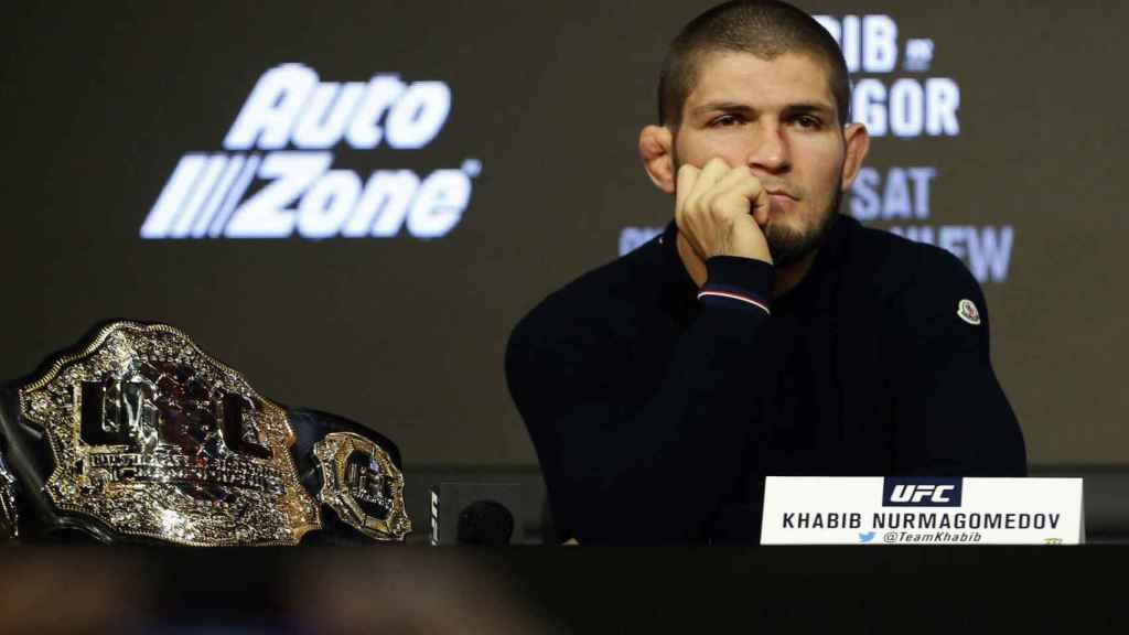 Khabib Nurmagomédov, en rueda de prensa cuando estaba en activo en la UFC