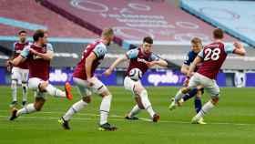 Martin Odegaard dispara a portería entre jugadores del West Ham