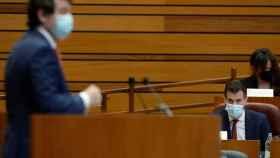 El candidato socialista, Luis Tudanca (d), escucha la intervención de Alfonso Fernández Mañueco.