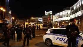 Policías impidiendo botellones en la Puerta del Sol.