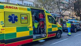 Los servicios de Emergencias 112 en la calle Camarena, en el madrileño barrio de Aluche, el lugar donde sucedieron los hechos.