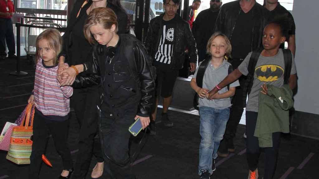 Angelina y Brad junto a sus hijos en una imagen de 2015.
