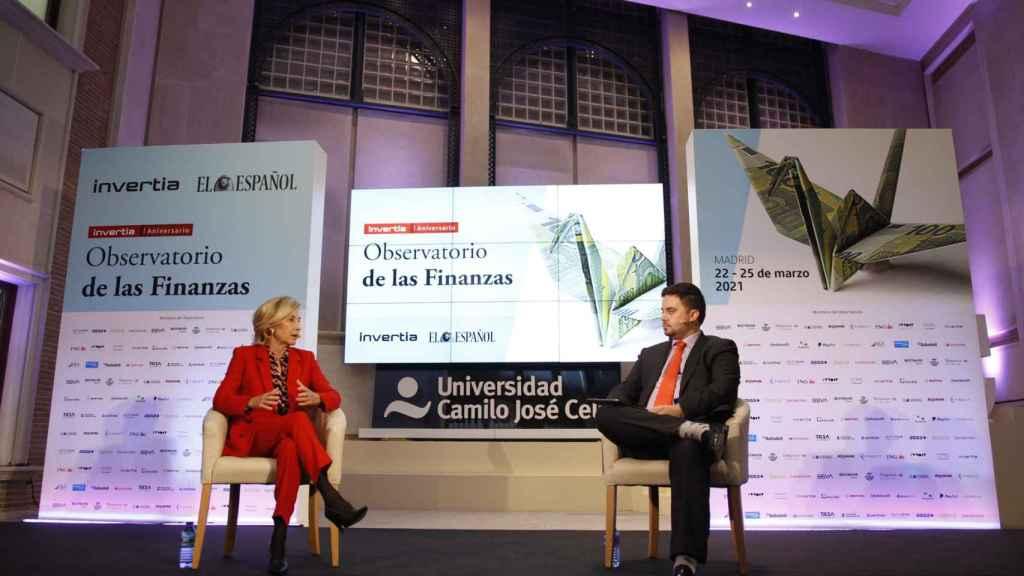 María Dolores Dancausa, CEO de Bankinter, y Arturo Criado, redactor jefe de Invertia, durante el Observatorio de las Finanzas.