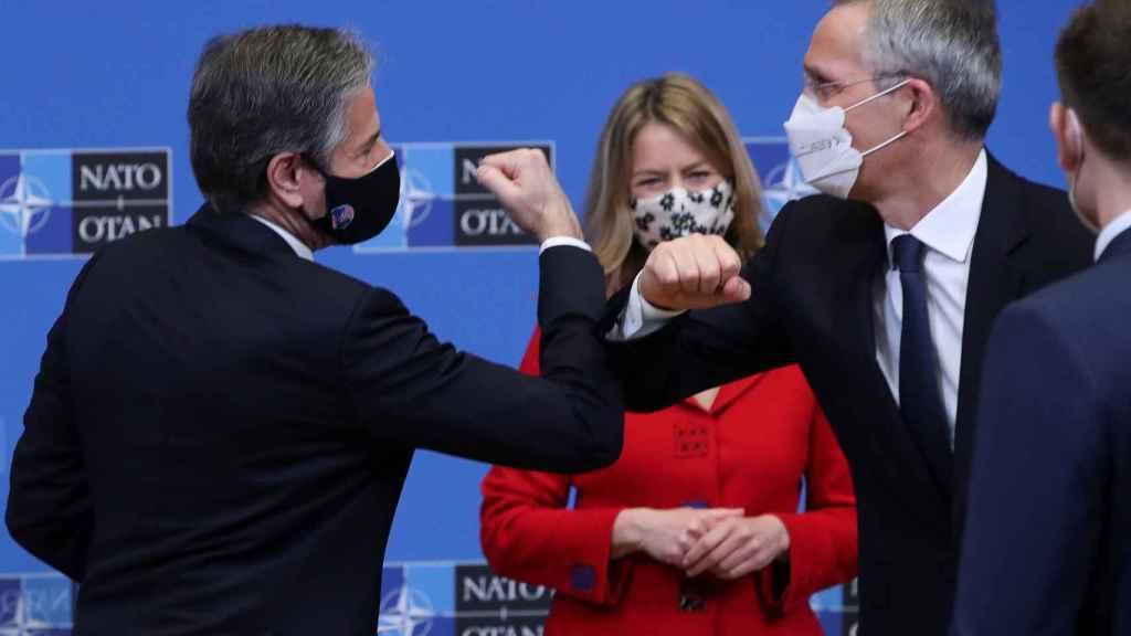 Antony Blinken saluda a Jens Stoltenberg durante la reunión de este martes en la OTAN