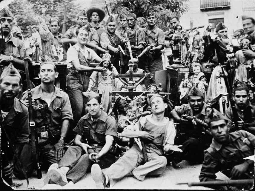 Milicianos de la Brigada de la Muerte en Caspe posando con los objetos e imágenes religiosas confiscadas en Caspe antes de quemarlas.