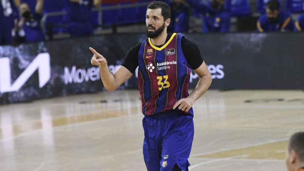 Mirotic celebra una canasta con el Barça