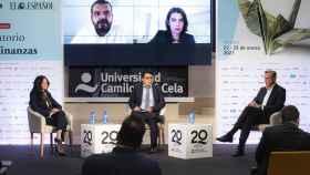 Gabriela Giannattasio (Veritran) y Miguel Ángel Prieto Morales (Minsait Payments) en el escenario, y Miguel Ángel Cuesta (PayPal Iberia) y Anna Puigoriol (Banco Sabadell) en pantalla, en el Observatorio de las Finanzas de EL ESPAÑOL e Invertia.