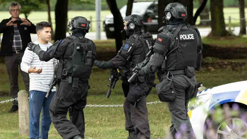 La policía hace retroceder a los curiosos tras el atentado en una mezquita de Christchurch.