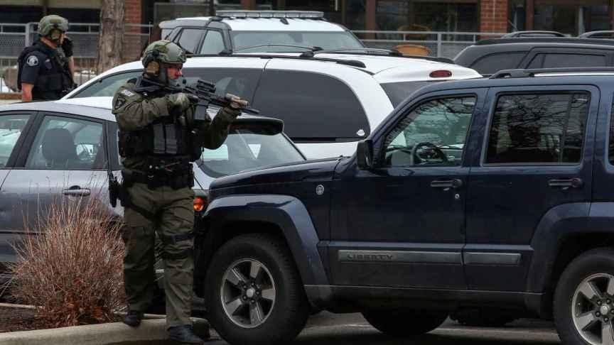 Un miembro de la seguridad especializada de EEUU apunta con su arma en el lugar del tiroteo.