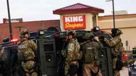 Un equipo de Policía y de los Swat en el supermercado donde tuvo lugar el tiroteo (Colorado, EEUU).
