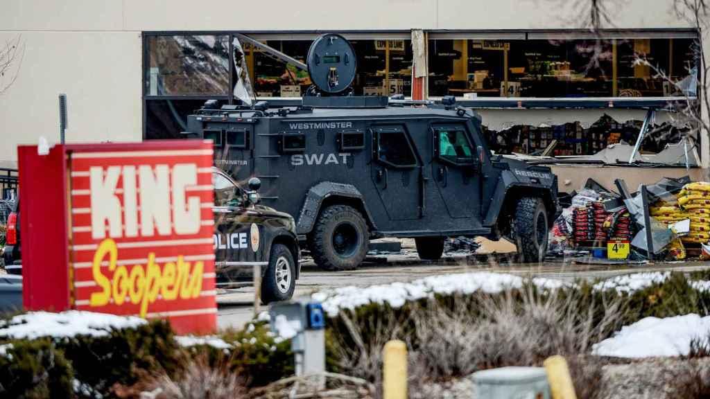 Un camión blindado de los Swat ante el King Soopers, el establecimiento donde se produjo el tiroteo.