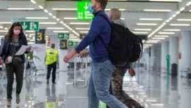 Turistas en un aeropuerto.