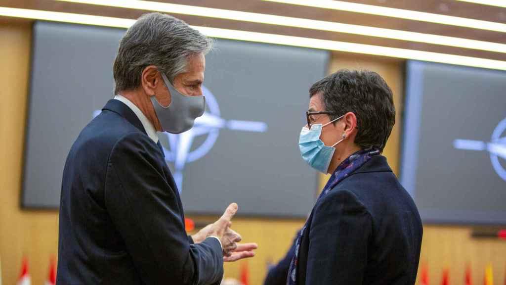El secretario de Estado de EEUU, Antony Blinken, conversa con la ministra González Laya durante la reunión de la OTAN este martes en Bruselas