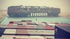 El barco encallado en el Canal de Suez.