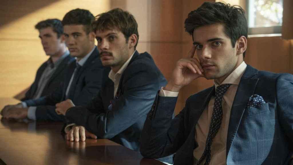 Jason Fernández, Pol Hermoso y Álvaro Ricoen el banquillo en una escena de 'Alba'.