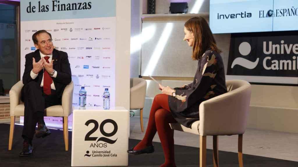 Antonio Huertas, presidente de Mapfre, charla con María Vega, periodista de Invertia.