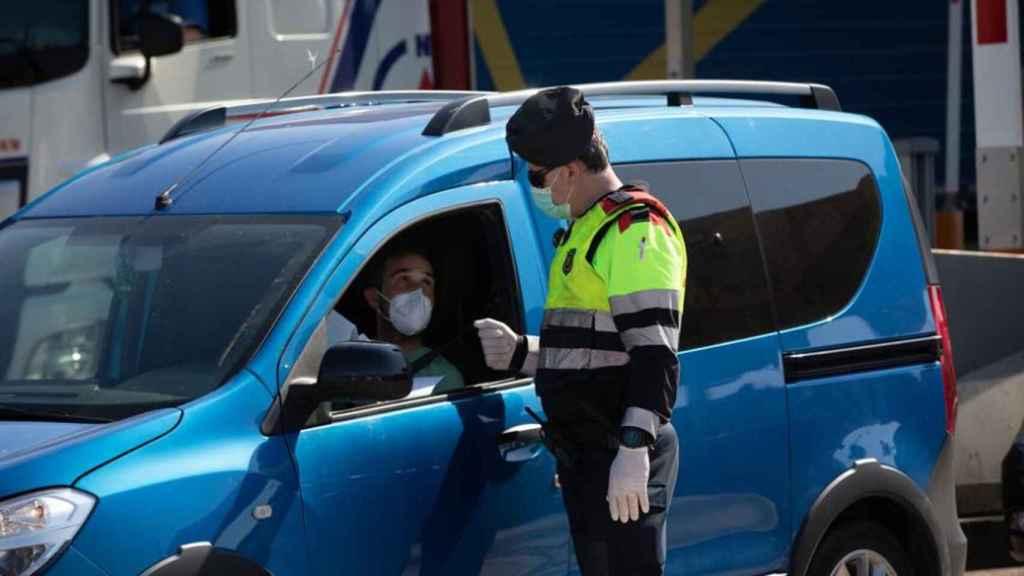 Un agente de tráfico pidiéndole la documentación a un conductor.