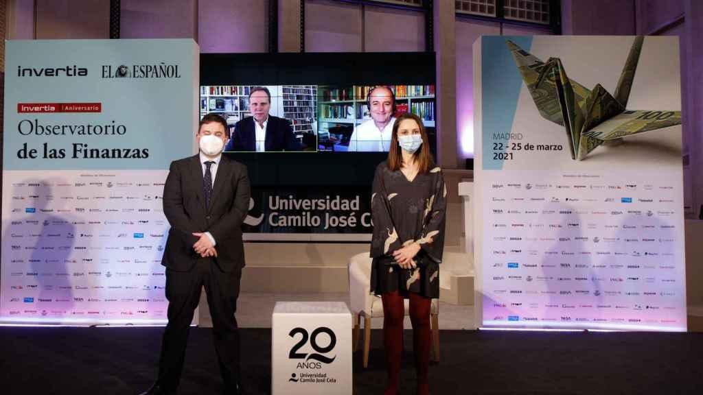 Arturo Criado y María Vega, de Invertia. En las pantallas, Daniel Lacalle y Miguel Sebastián. (Pablo Moreno)